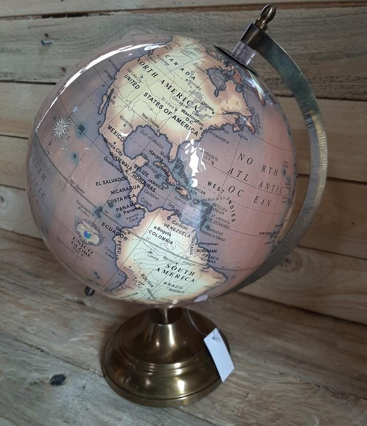 Wereldbol op voet glimmend bruin