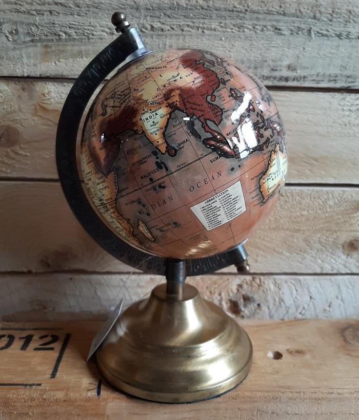 Retro wereldbol op metalen voet
